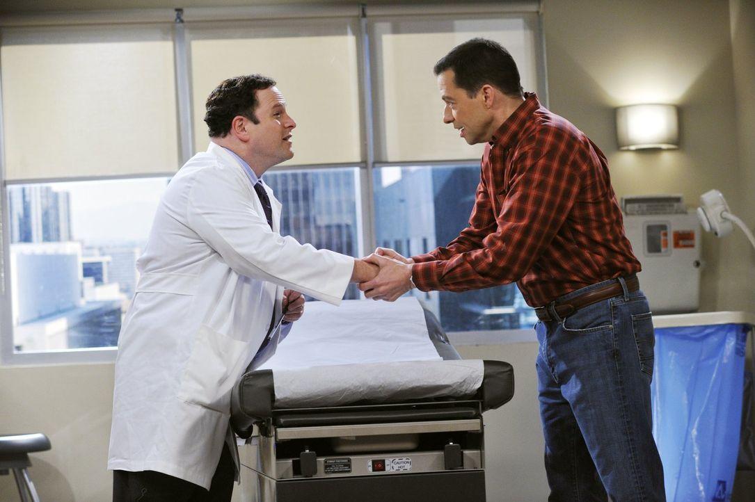 Hat eine gute Nachricht für Alan (Jon Cryer, r.): Dr. Goodman (Jason Alexander, l.) ... - Bildquelle: Warner Brothers Entertainment Inc.