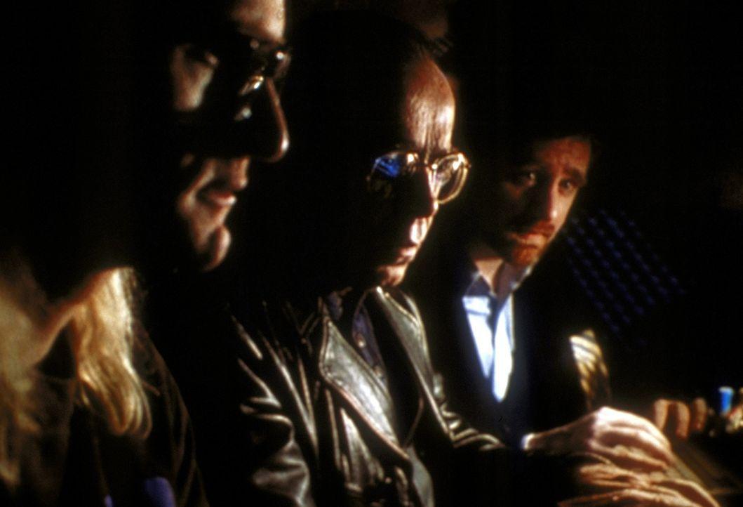 """Langley (Dean Haglund, l.), Frohike (Tom Braidwood, M.) und Byers (Bruce Harwood, r.) vom """"Einsamen Schützen"""" müssen Scully mitteilen, dass auf der... - Bildquelle: TM +   2000 Twentieth Century Fox Film Corporation. All Rights Reserved."""
