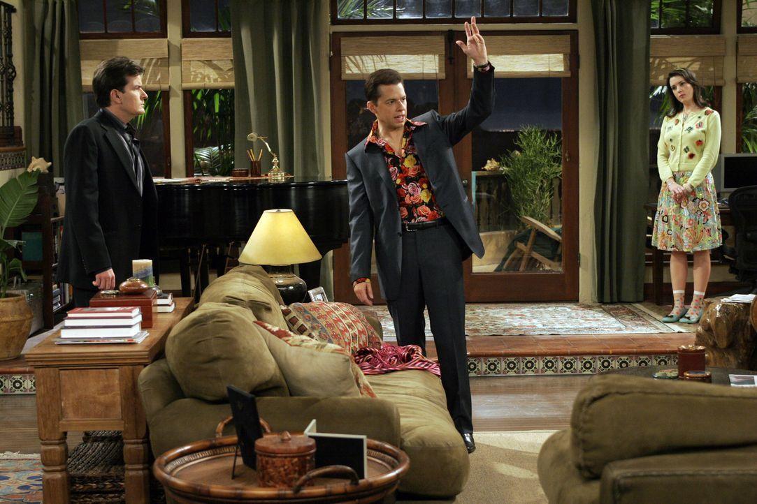 Rose (Melanie Lynskey, r.) kann nicht glauben, dass sich Charlie (Charlie Sheen, l.) und Alan (Jon Cryer, M.) als ein schwules Pärchen ausgeben woll... - Bildquelle: Warner Bros. Television