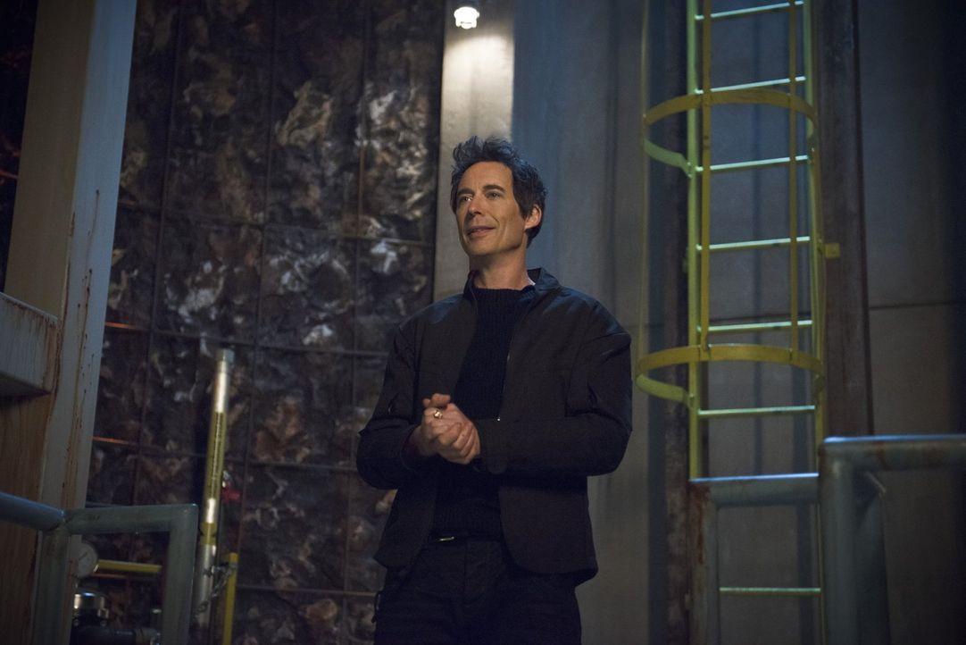 Was hat Harrison Wells (Tom Cavanagh) bloß mit seinem Verwandten Eddie vor? - Bildquelle: Warner Brothers.