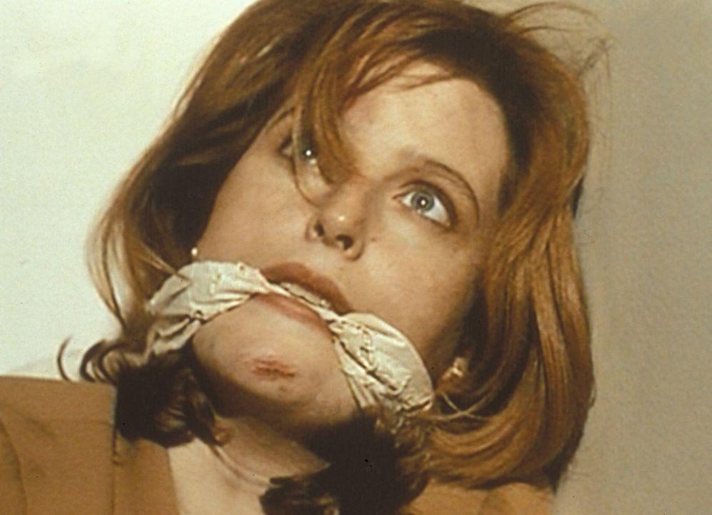 Auf der Suche nach einem Leichenschänder gerät Scully (Gillian Anderson) in die Gewalt von Donnie Pfaster, der sich inzwischen nicht mehr mit Leiche... - Bildquelle: TM +   Twentieth Century Fox Film Corporation. All Rights Reserved.