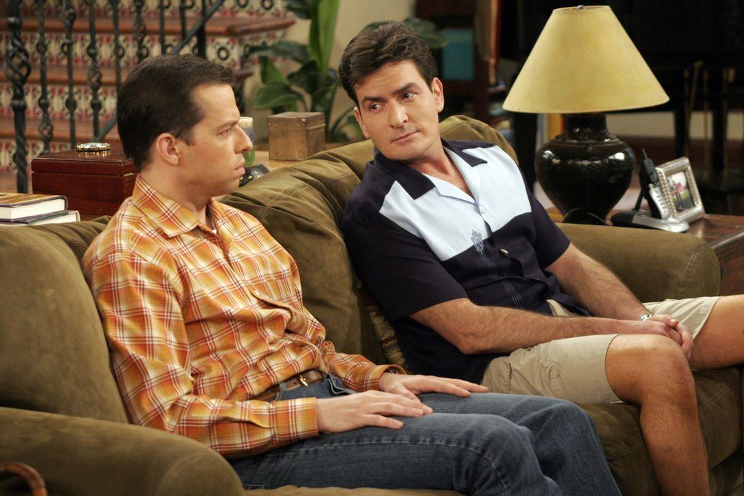 Alan (Jon Cryer, l.) geht seinem Bruder Charlie (Charlie Sheen, r.) beim geringsten Anlass auf die Nerven ... - Bildquelle: Warner Bros. Television