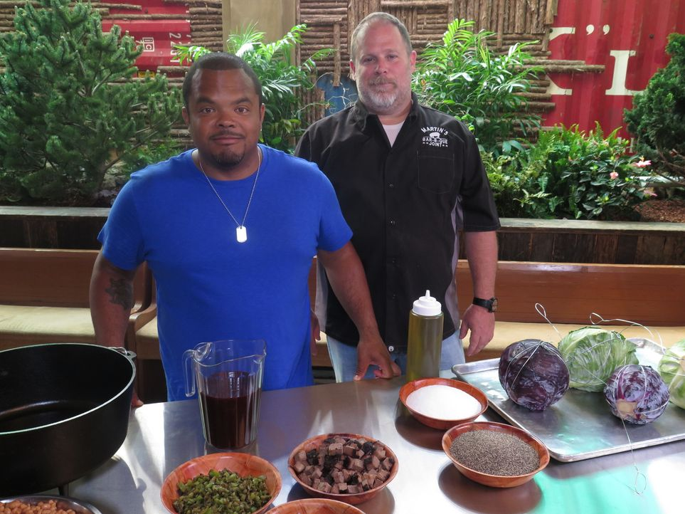 Roger Mooking (l.) - Bildquelle: 2017, Television Food Network, G.P. All Rights Reserved.