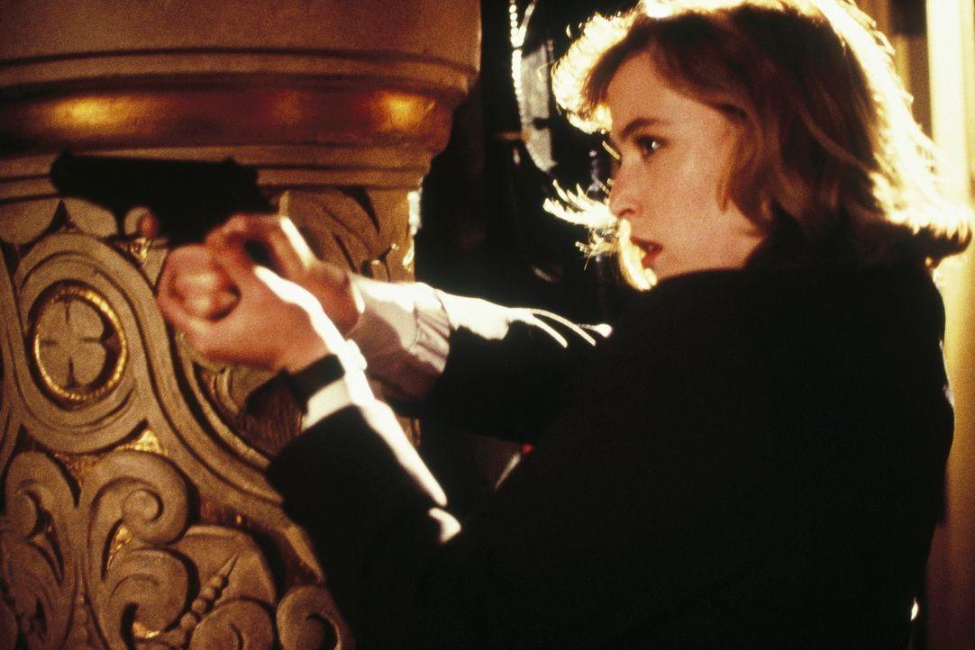 Mulder und Scully untersuchen eine rätselhafte Mordserie. Bewaffnet hofft Scully (Gillian Anderson), den Täter zu überführen ... - Bildquelle: TM +   Twentieth Century Fox Film Corporation. All Rights Reserved.