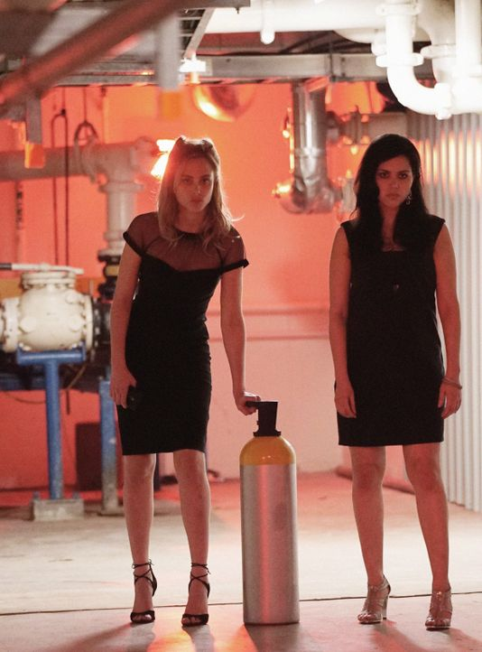 Party-Crasher: Chloe (Nora Arnezeder, l.) und Dariela (Alyssa Diaz, r.) versuchen an General Davies ranzukommen, um zu verhindern, dass der alle Tie... - Bildquelle: Shane Harvey 2016 CBS Broadcasting Inc. All Rights Reserved.