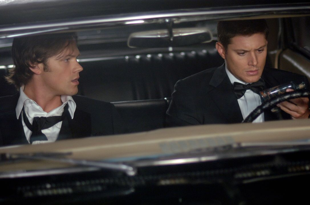 Sam (Jared Padalecki, l.) und Dean Winchester (Jensen Ackles, r.) untersuchen die mysteriösen Tode von Ertrunkenen, die während der Todeszeit nicht... - Bildquelle: Warner Bros. Television