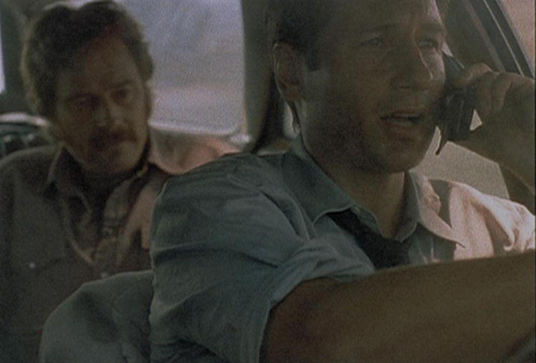 Mulder (David Duchovny, r.) erklärt am Telefon, warum er mit seinem Kidnapper mit hoher Geschwindigkeit fahren muss. - Bildquelle: TM +   2000 Twentieth Century Fox Film Corporation. All Rights Reserved.