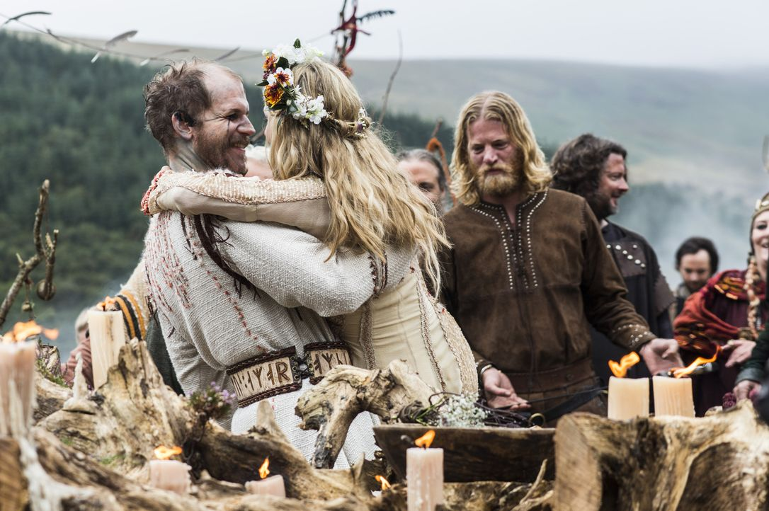 Besiegeln ihre Liebe: Floki (Gustaf Skarsgard, vorne l.) und Helga (Maude Hirst, vorne r.) ... - Bildquelle: 2014 TM TELEVISION PRODUCTIONS LIMITED/T5 VIKINGS PRODUCTIONS INC. ALL RIGHTS RESERVED.