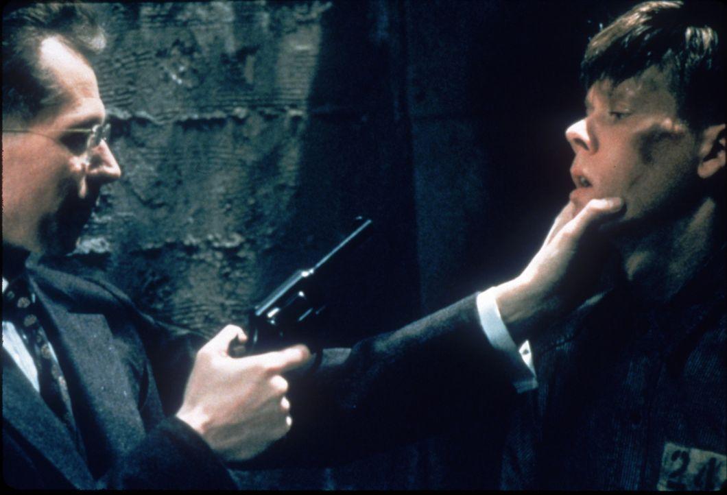 Nach einem Fluchtversuch wird Henri Young (Kevin Bacon, r.) von dem sadistischen Gefängnisdirektor Glenn (Gary Oldman, l.) zu 19 Tagen Kerkerhaft ve... - Bildquelle: Warner Bros.