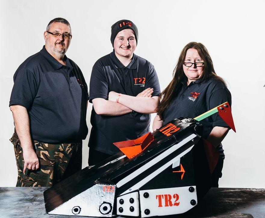 Setzen alle Hoffnung darauf,  dass ihr selbst gebauter Roboter die Konstruktionen der anderen Teams vernichtet: Team TR2 ... - Bildquelle: Andrew Rae