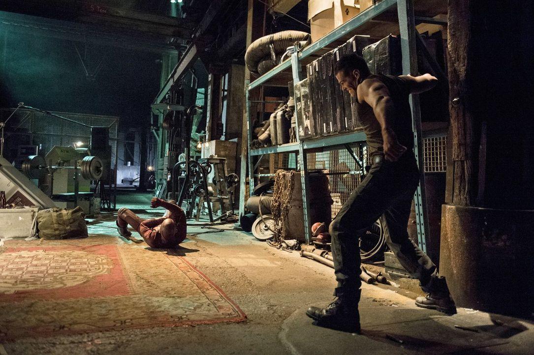 The Flash (Grant Gustin, l.) bekommt es mit dem Meta-Menschen Tony Woodward (Greg Finley, r.) zu tun, der sich selbst in Stahl verwandeln kann, wenn... - Bildquelle: Warner Brothers.