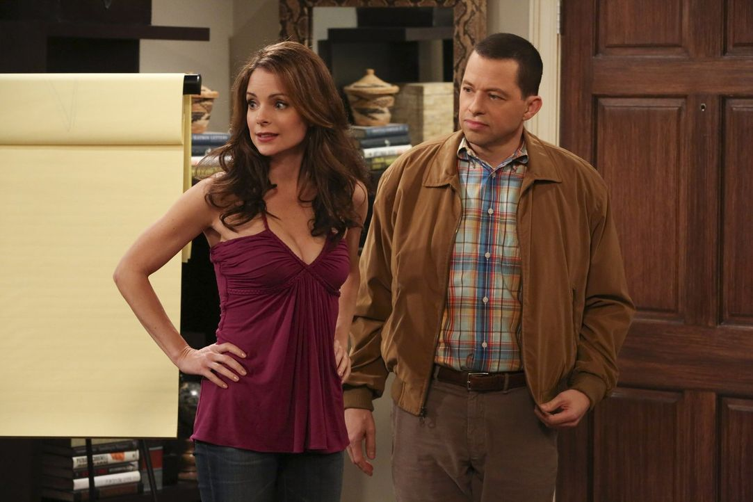 "Die Beziehung von Gretchen (Kimberly Williams-Paisley, l.) und Alan (Jon Cryer, r.) alias ""Jeff Starkmann"" irritiert Larry und Lyndsey, denn die bei... - Bildquelle: Warner Brothers Entertainment Inc."