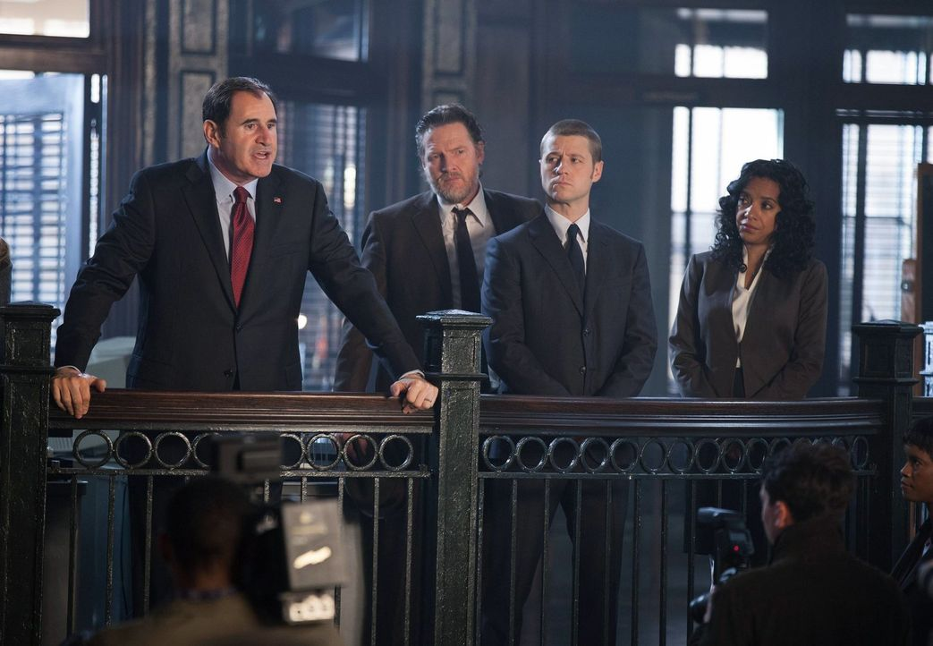 Nachdem das Team um James Gordon (Ben McKenzie, 2.v.r.), Harvey Bullock (Donal Logue, 2.v.l.) und Captain Sarah Essen (Zabryna Guevara, r.) den Fall... - Bildquelle: Warner Bros. Entertainment, Inc.