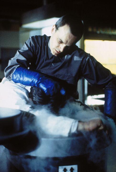 Der geistig behinderte Hausmeister Roland (Zeljko Ivanek) tötet einen Wissenschaftler nach dem anderen ... - Bildquelle: TM +   Twentieth Century Fox Film Corporation. All Rights Reserved.