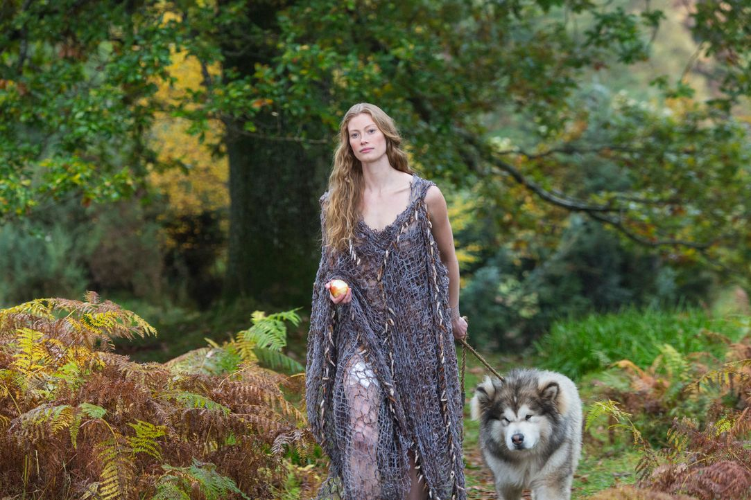 Kaum trifft Ragnar auf die mysteriöse Aslaug (Alyssa Sutherland), da ist er auch schon total fasziniert von Brunhildes Tochter ... - Bildquelle: 2013 TM TELEVISION PRODUCTIONS LIMITED/T5 VIKINGS PRODUCTIONS INC. ALL RIGHTS RESERVED.