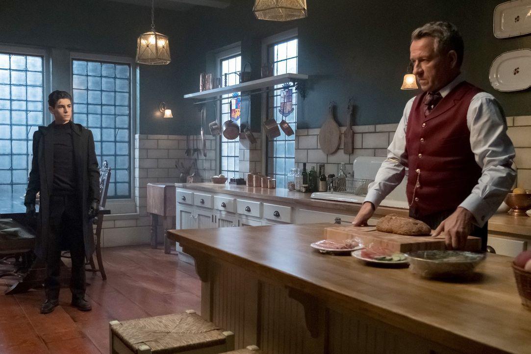 Während Bruce (David Mazouz, l.) sich von nichts und niemandem davon abhalten lassen will, das Böse zu bekämpfen, versucht Alfred (Sean Pertwee, r.)... - Bildquelle: 2017 Warner Bros.
