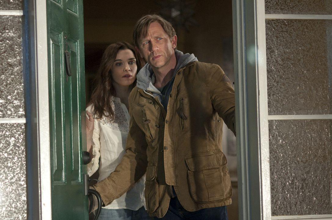 Unerklärliche Dinge geschehen im neuen Haus von Libby (Rachel Weisz, l.) und Will Atenton (Daniel Craig, r.) ... - Bildquelle: 2011 Universal Studios