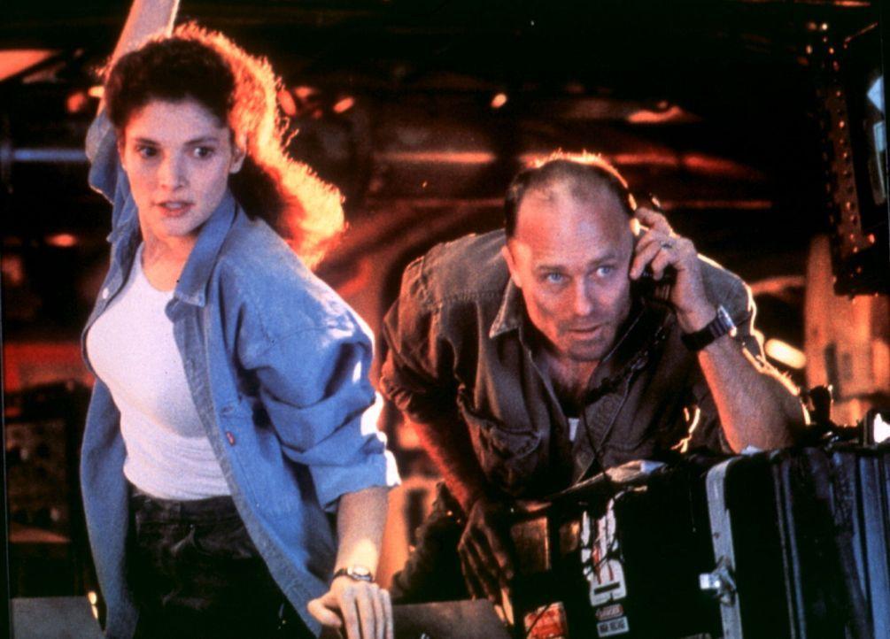 Gemeinsam mit seiner Frau Lindsey (Mary Elizabeth Mastrantonio, l.) versucht Bud (Ed Harris, r.), mit einer tauchfähigen Bohrinsel ein versunkenes U... - Bildquelle: 20th Century Fox