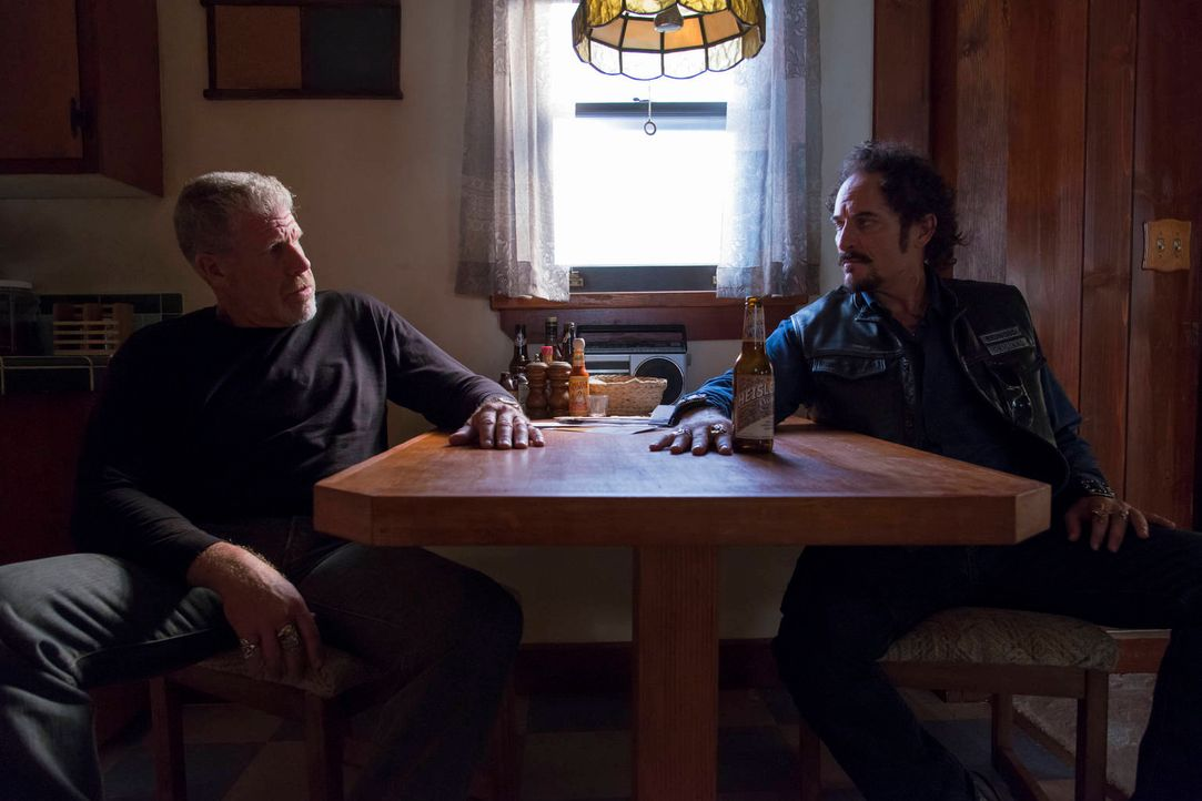 Schlägt sich Tig (Kim Coates, r.) wieder auf Clays (Ron Perlman) Seite? - Bildquelle: 2012 Twentieth Century Fox Film Corporation and Bluebush Productions, LLC. All rights reserved.