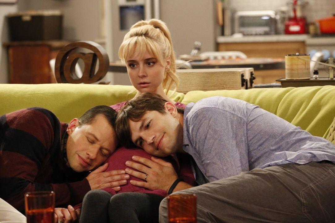 Walden (Ashton Kutcher, r.) und Alan (Jon Cryer, l.) lernen Kathy (Alessandra Torresani, M.) kennen, die Frau, deren Baby sie vielleicht adoptieren... - Bildquelle: Warner Brothers Entertainment Inc.