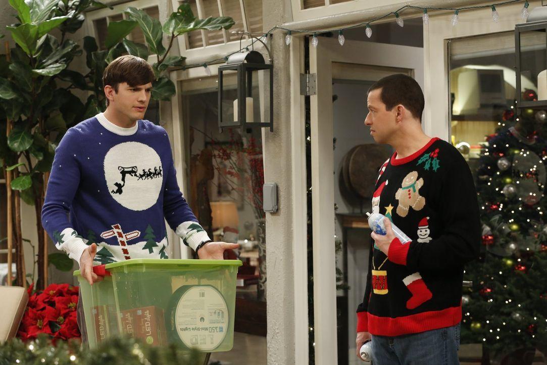 Versuchen alles, um Louis von der Echtheit des Weihnachtsmanns zu überzeugen: Walden (Ashton Kutcher, l.) und Alan (Jon Cryer, r.) ... - Bildquelle: Warner Brothers Entertainment Inc.