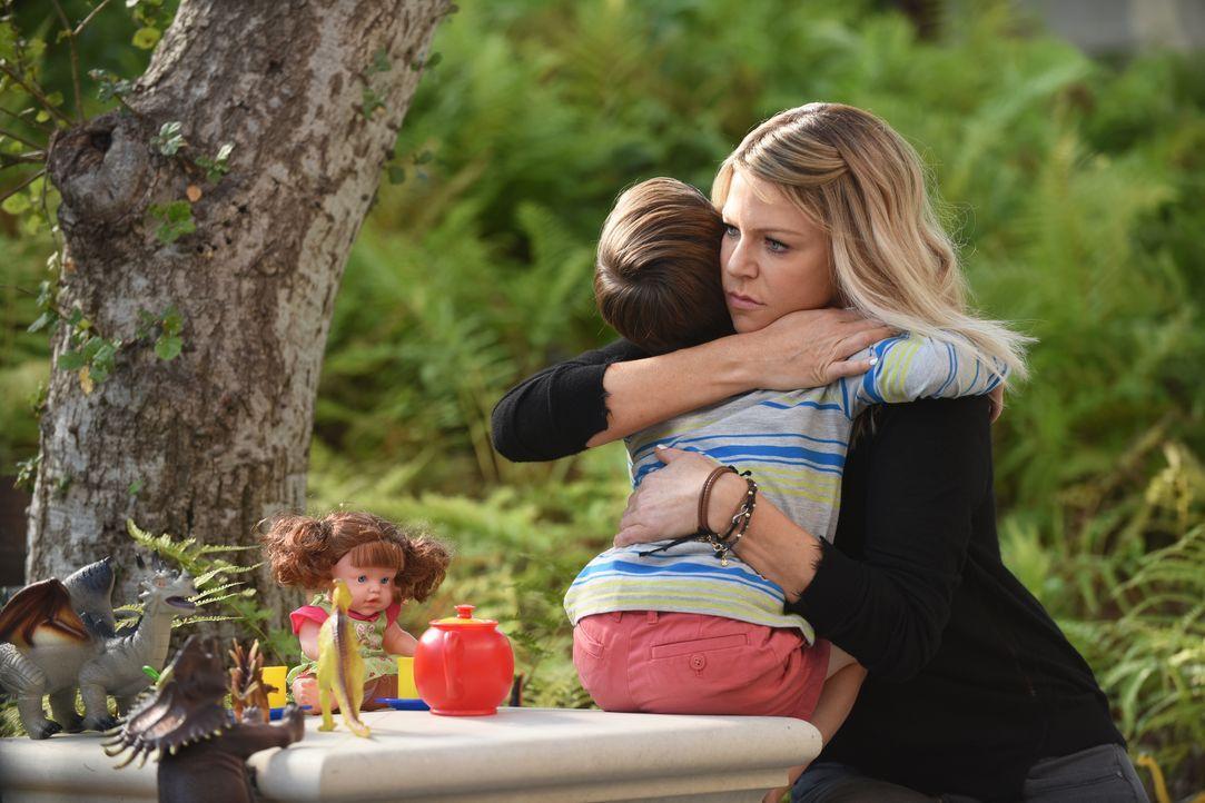 Da Mickey (Kaitlin Olson, r.) merkt, wie traurig Ben (Jack Stanton, l.) ist, gibt sie alles dafür, dem Kleinen seinen Schulplatz wieder zu organisie... - Bildquelle: 2017 Fox and its related entities. All rights reserved.