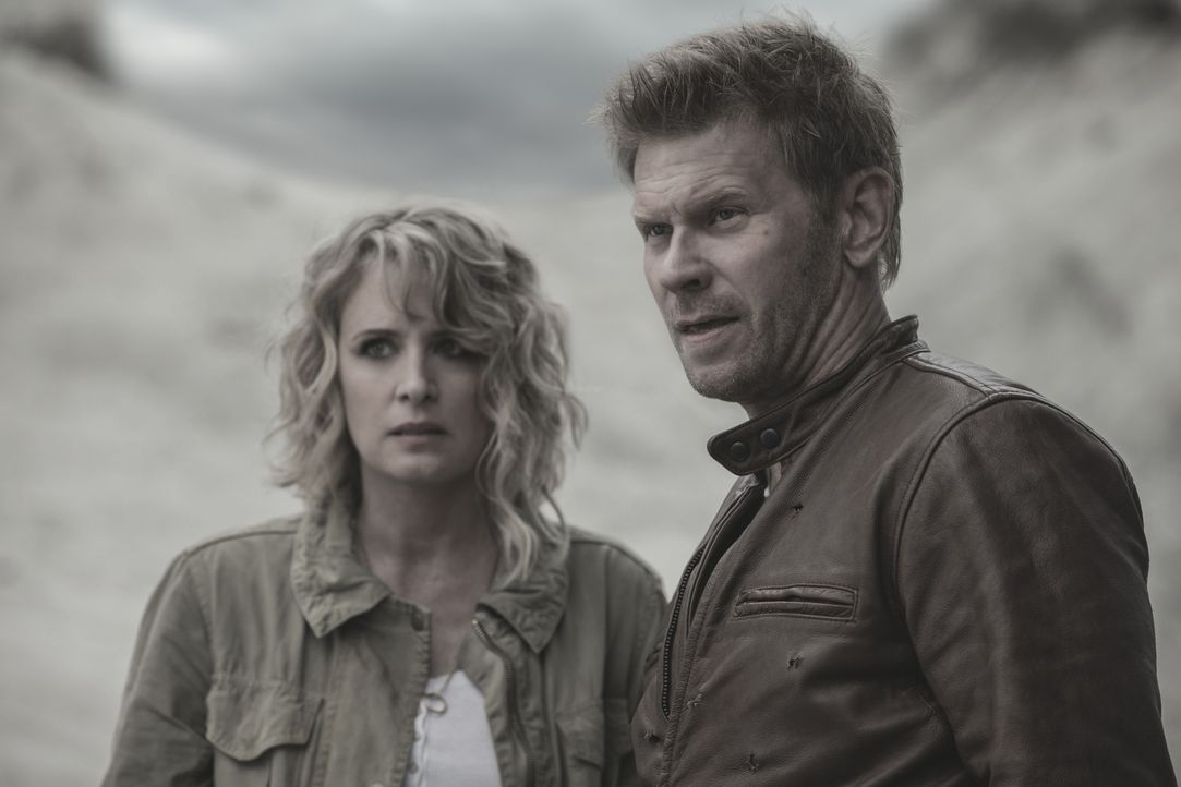 Mary Winchester (Samantha Smith, l.); Lucifer (Mark Pellegrino) - Bildquelle: Jack Rowand 2017 The CW Network, LLC. All Rights Reserved / Jack Rowand