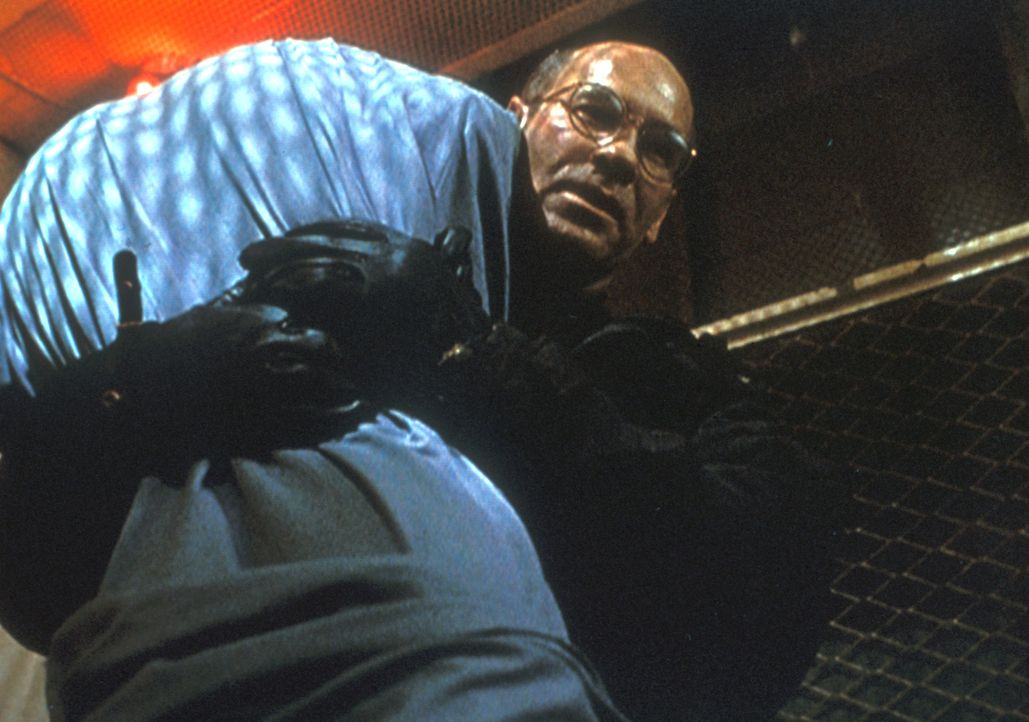 Skinner (Mitch Pileggi) hat sich mit einem geheimnisvollen Raucher auf einen fragwürdigen Handel eingelassen, um Scullys Leben zu retten. In einem m... - Bildquelle: TM +   2000 Twentieth Century Fox Film Corporation. All Rights Reserved.