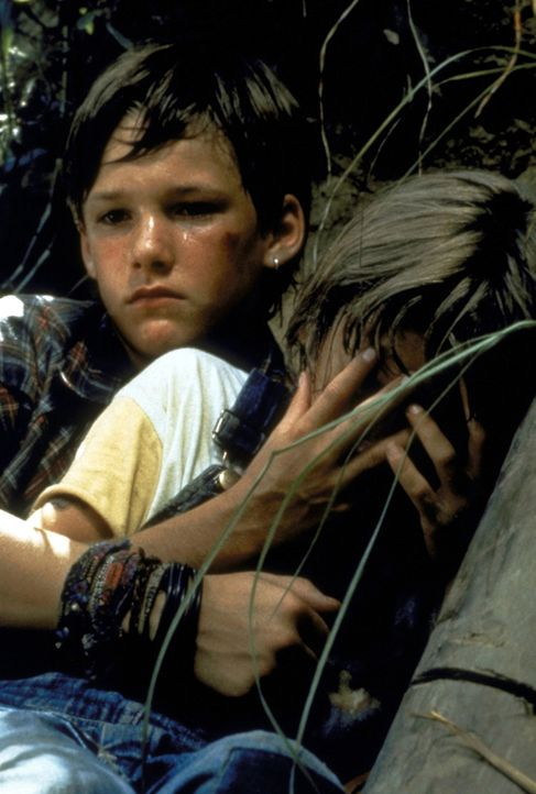 Mit seinem kleinen Bruder Ricky (David Speck, r.) beobachtet der 11-jährige Mark Sway (Brad Renfro, l.) im Wald, wie sich der Mafia-Anwalt Romey Cli... - Bildquelle: Warner Bros.