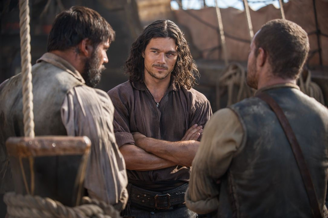 Was hat John Silver (Luke Arnold, M.) vor? - Bildquelle: 2015 Starz Entertainment LLC, All rights reserved.
