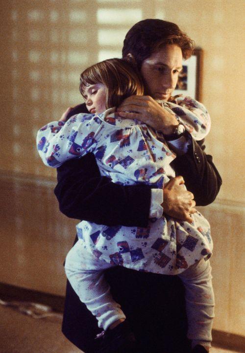Emily Sims (Lauren Diewold, l.); Fox Mulder (David Duchovny, r.) - Bildquelle: 1998 Twentieth Century Fox Film Corporation.  All rights reserved.