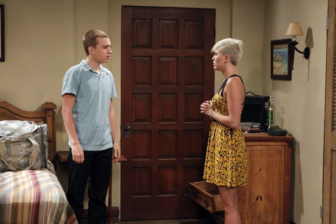 Jake (Angus T. Jones, l.) kommt übers Wochenende nach Hause und zufälliger Weise ist auch Missi (Miley Cyrus, r.) da. Die beiden kommen sich erneut... - Bildquelle: Warner Brothers Entertainment Inc.