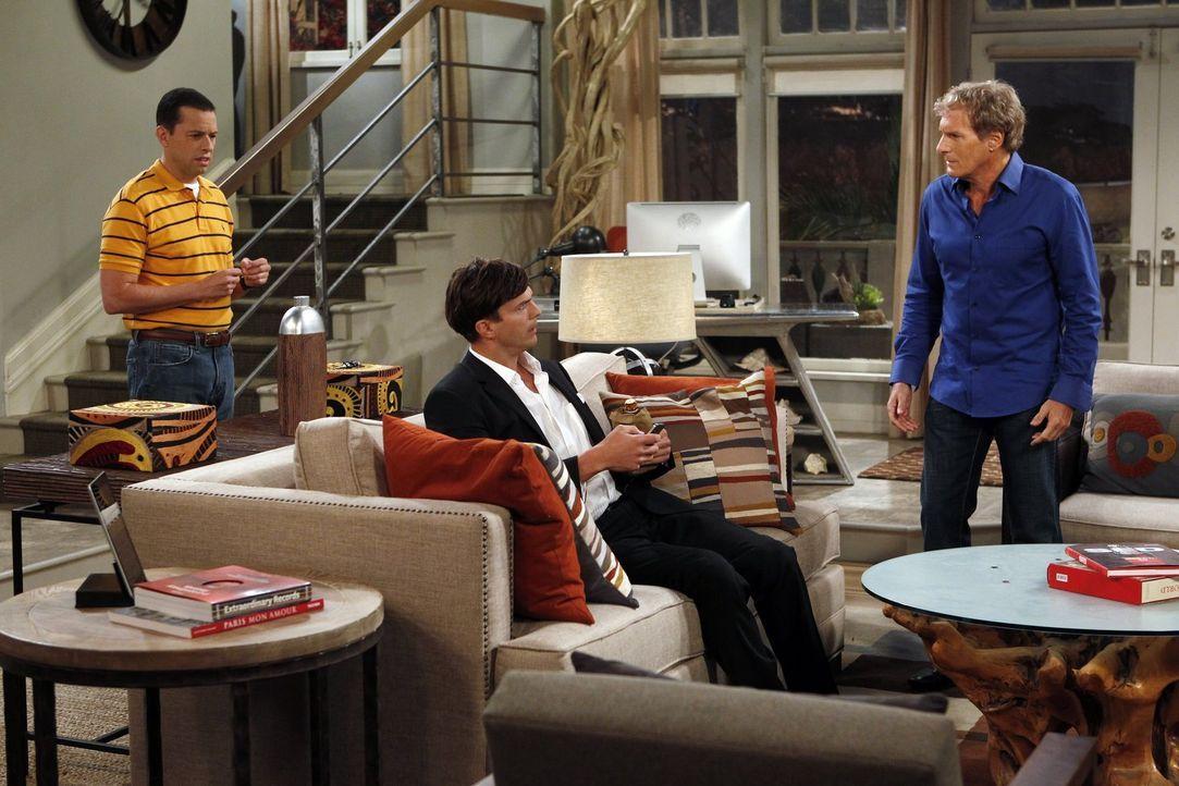 Der Heiratsantrag von Walden endet in einem Männerabend: Walden (Ashton Kutcher, M.), Alan (Jon Cryer, l.) und Michael Bolton (Michael Bolton, r.) .... - Bildquelle: Warner Bros. Television