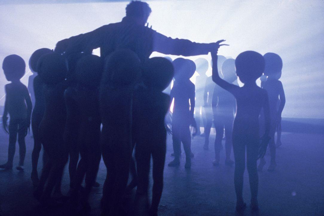 Die Außerirdischen führen eine Gruppe Auserwählter, darunter Roy Neary (Richard Dreyfuss, M.), in ihr Raumschiff ... - Bildquelle: Columbia Pictures