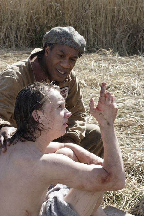 Henry (Joe Morton, hinten) versucht herauszufinden, was mit Spencer (Shayn Solberg, vorne) passiert ist ... - Bildquelle: Universal Television
