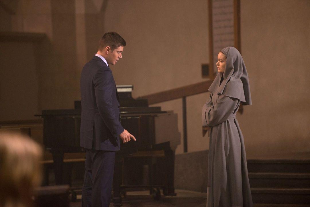 Weiß die Schwester Mathias (Rachel Keller, r.) mehr darüber, was in der katholischen Kirche vor sich geht? Dean (Jensen Ackles, l.) lässt sich von i... - Bildquelle: 2016 Warner Brothers