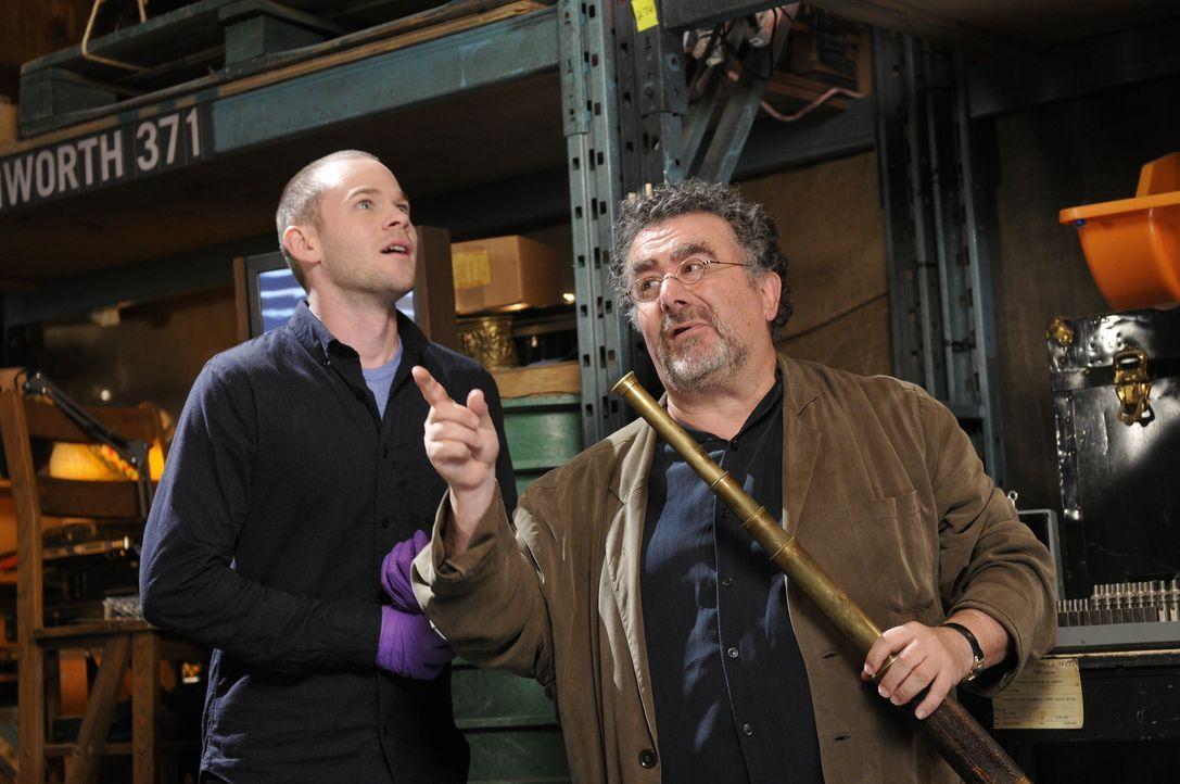 Steve Jinks (Aaron Ashmore, l.); Artie Nielsen (Saul Rubinek, r.) - Bildquelle: Steve Wilkie 2012 Universal Network Television LLC. ALL RIGHTS RESERVED. / Steve Wilkie