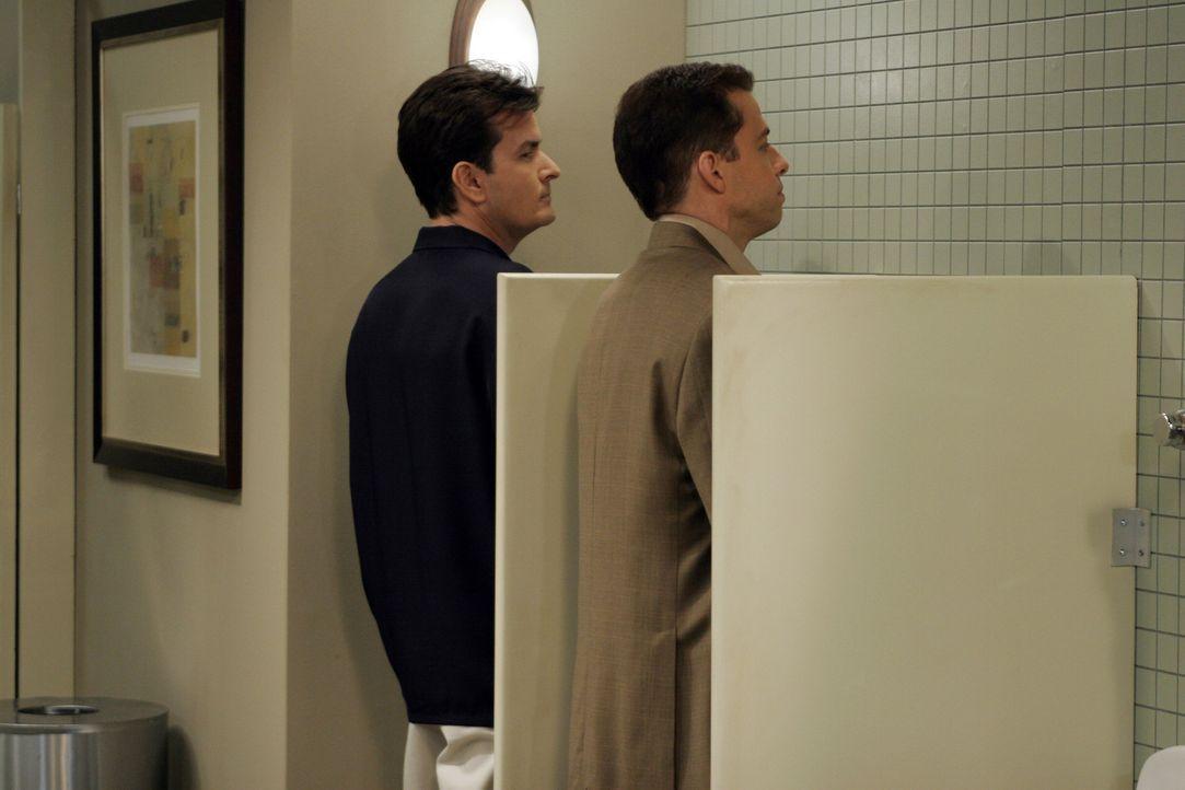 Rache ist süß - das müssen Charlie (Charlie Sheen, l.) und Alan (Jon Cryer, r.) am eigenen Leib erfahren ... - Bildquelle: Warner Bros. Television