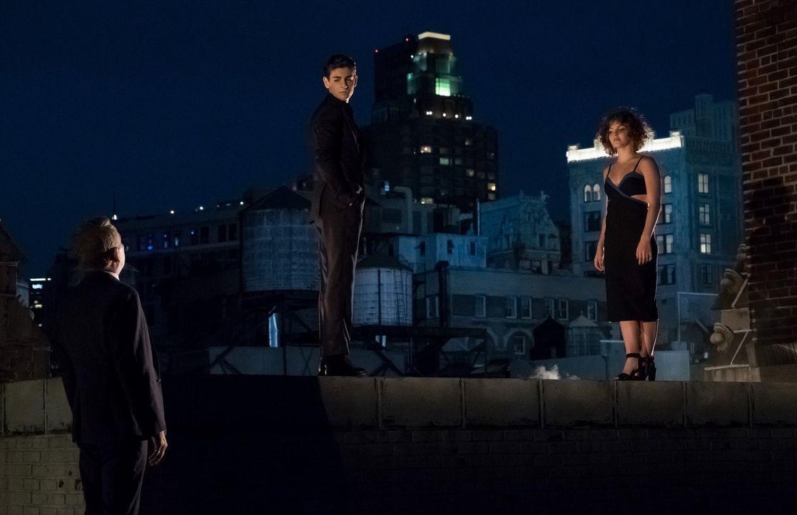 Bruce (David Mazouz, M.) sucht das Gespräch mit Selina (Camren Bicondova, r.), als er sieht, wen sie sich als Mentor auserwählt hat,. Doch dann weis... - Bildquelle: 2017 Warner Bros.