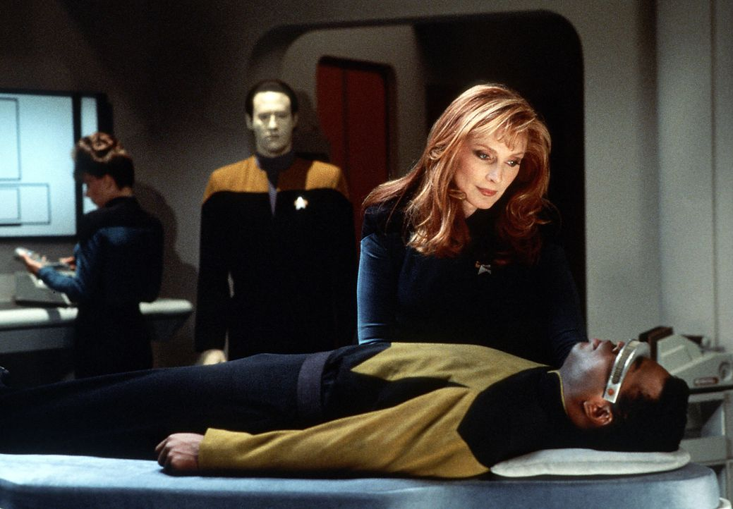 Data (Brent Spiner, l.), Beverly (Gates McFadden, M.) und Geordi (LeVar Burton, r.) müssen sich eingestehen, dass ihre Mission, Soran zu stoppen, ni... - Bildquelle: Paramount Pictures
