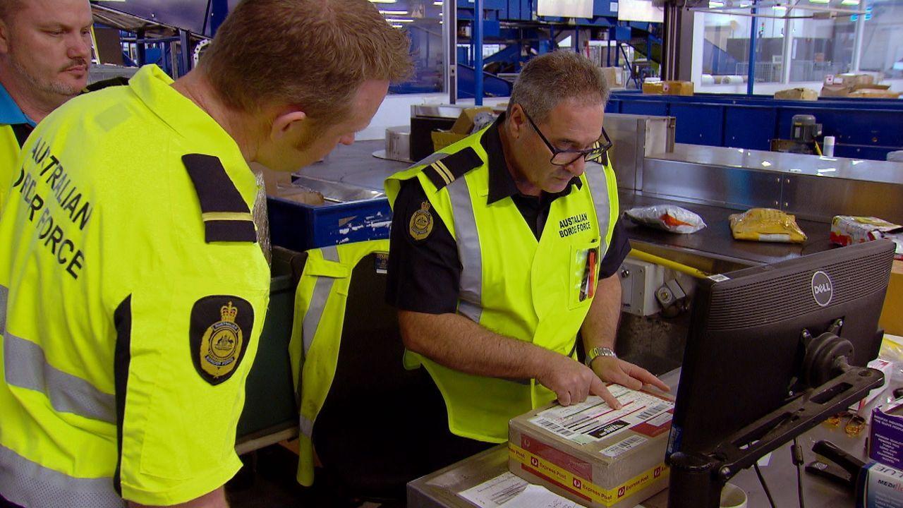 Im Postzentrum stoßen die Sicherheitsbeamten auf einen verdächtigen Rucksack... - Bildquelle: 2019 Seven Network (Operations) Limited