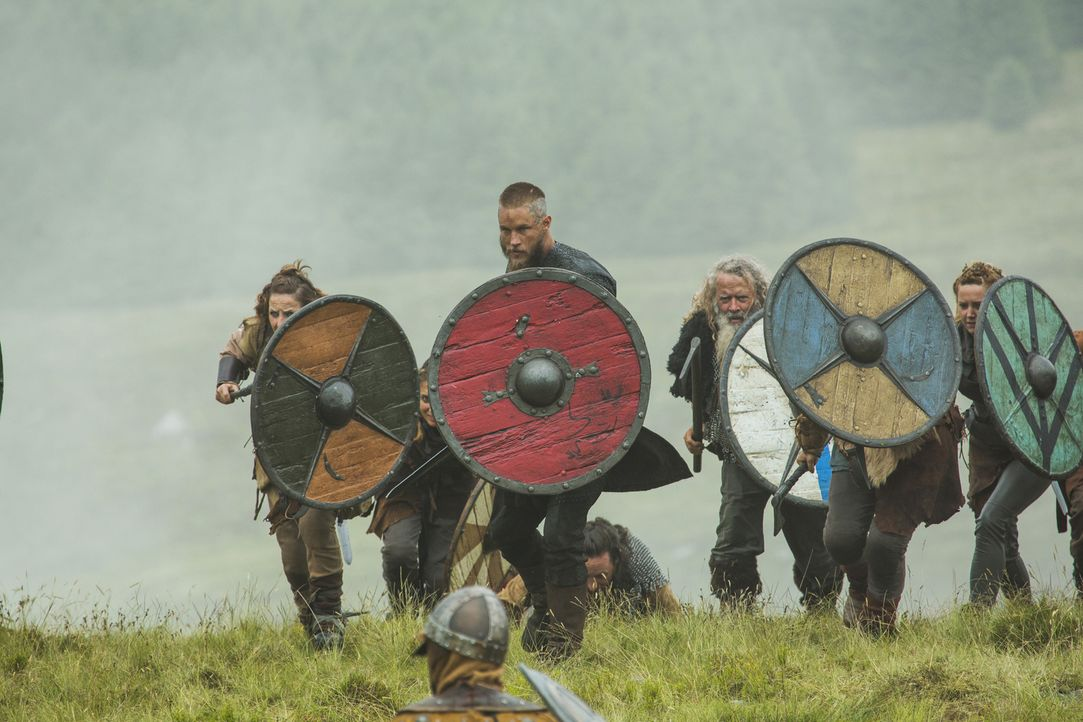 Zieht in Mercia mit seinen Männern in die Schlacht gegen Lord Burgred: Ragnar (Travis Fimmel, vorne) ... - Bildquelle: 2015 TM PRODUCTIONS LIMITED / T5 VIKINGS III PRODUCTIONS INC. ALL RIGHTS RESERVED.