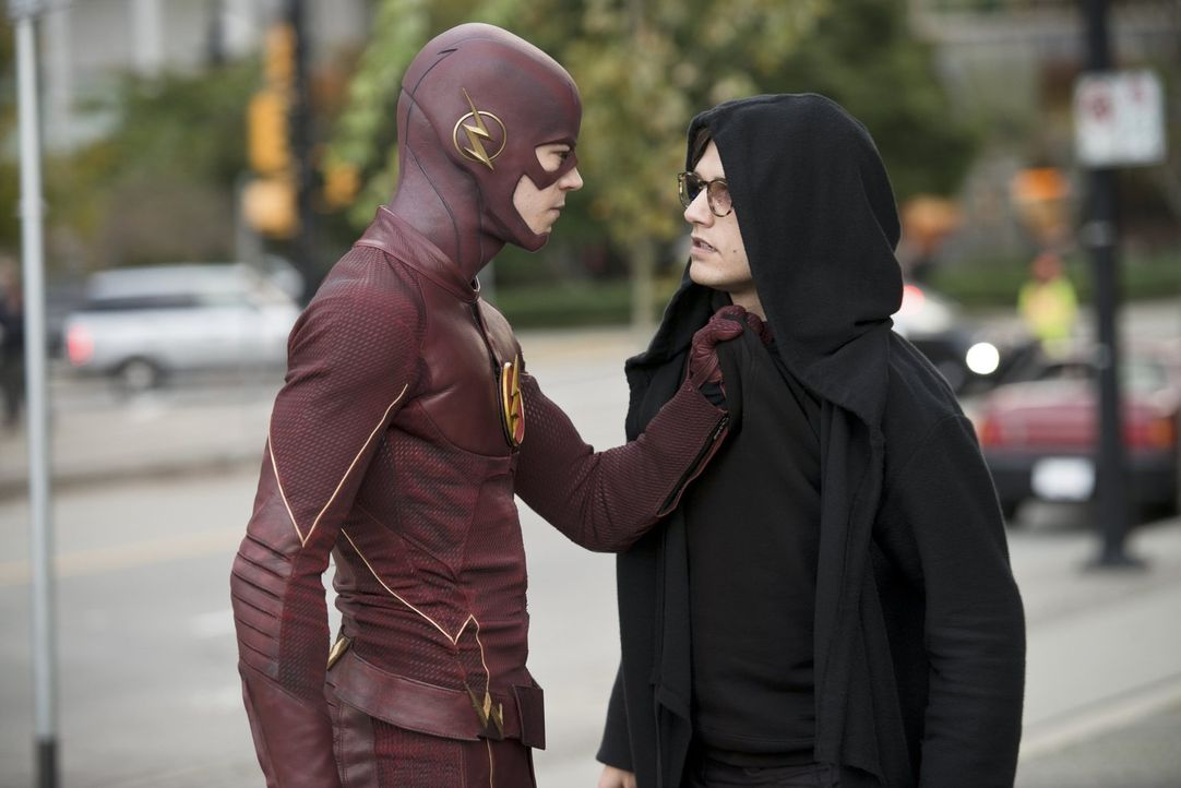 Barry alias The Flash (Grant Gustin, l.) nimmt den Kampf gegen Hartley Rathaway alias Pied Piper (Andy Mientus, r.) auf ... - Bildquelle: Warner Brothers.