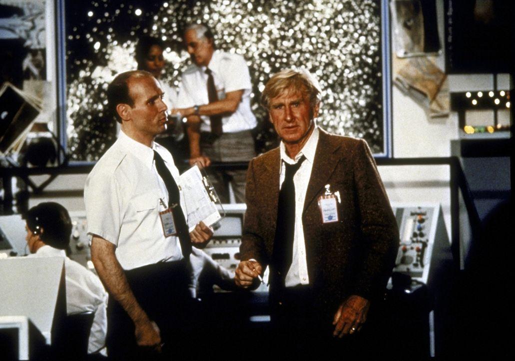 McCroskey (Lloyd Bridges, r.) ist geschockt, als er auf der Raumfahrtbasis von den Pannen des Raumschiffs erfährt ... - Bildquelle: Paramount Pictures