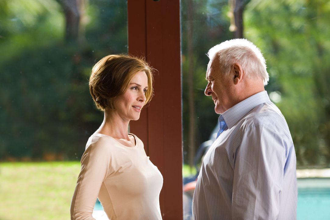 Der alternde Ted Crawford (Anthony Hopkins, r.), ein Ingenieur und Wissenschaftler, ist mit einer deutlich jüngeren Frau, der schönen Jennifer (Embe... - Bildquelle: Warner Brothers