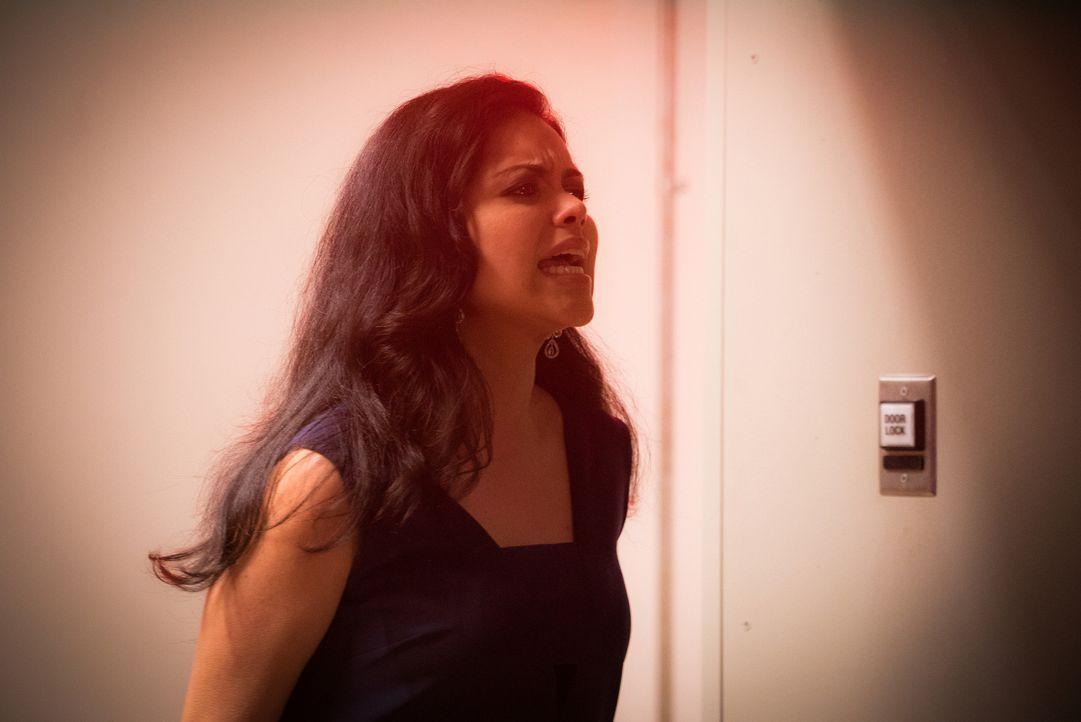 Grausames Gas: Muss Dariela (Alyssa Diaz) mitansehen, wie Chloe daran erstickt? - Bildquelle: Shane Harvey 2016 CBS Broadcasting Inc. All Rights Reserved.