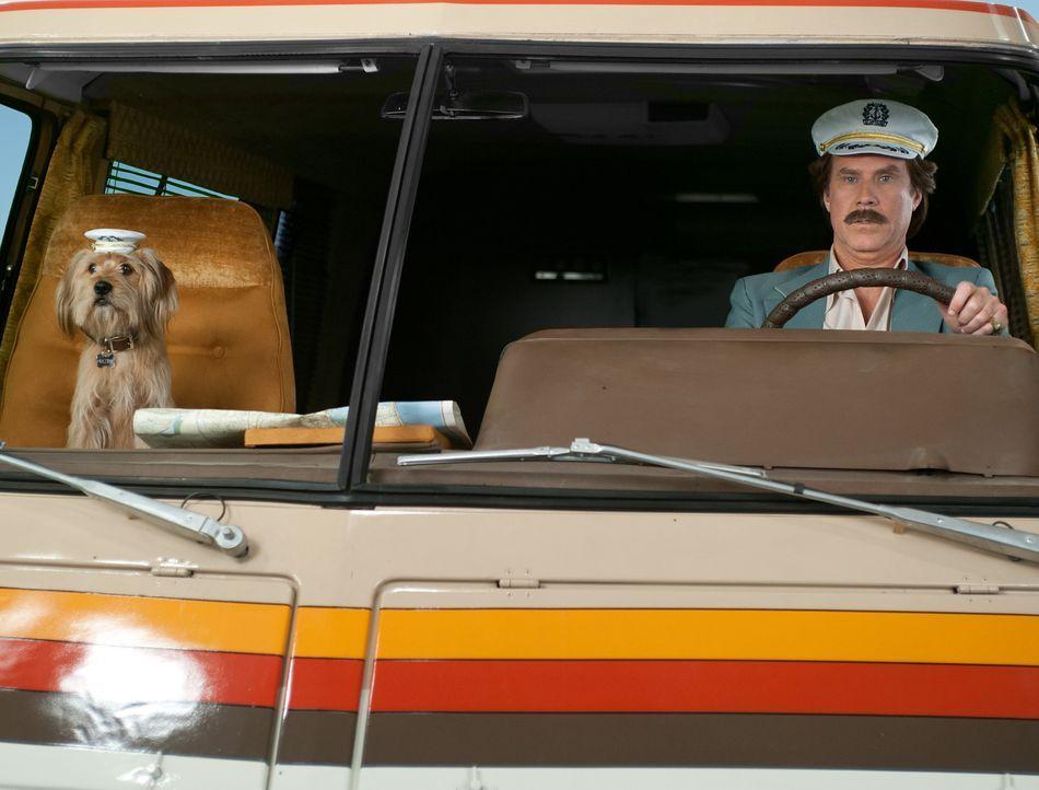 Glücklicherweise hat das Wohnmobil einen Tempomat, der dafür sorgt, dass Baxter (l.) und Ron (Will Ferrell, r.) sich nicht hinters Steuer klemmen mü... - Bildquelle: Gemma Lamana MMXIII Paramount Pictures Corporation.  All Rights Reserved.