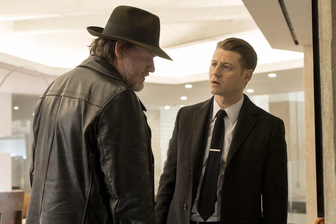 Während sich Bullock (Donal Logue, l.) und Gordon (Ben McKenzie, r.) um Jeromes neuste Pläne kümmern müssen, trifft Edward in den Narrows auf seine... - Bildquelle: 2017 Warner Bros.