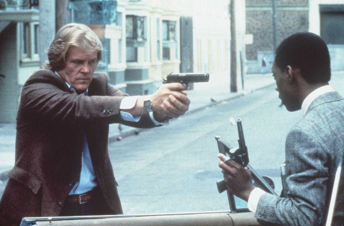 Der grimmige Polizist Jack (Nick Nolte, l.) hat überhaupt kein Verständnis, dass sein neuer Partner Reggie (Eddie Murphy, r.) auch eine Waffe habe... - Bildquelle: Paramount Pictures