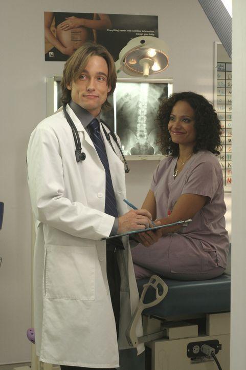 Carla (Judy Reyes , r.) versucht, schwanger zu werden und der nette neue Gynäkologe (Jay Kenneth Johnson, l.) rät ihr, einen Fruchtbarkeitstest zu m... - Bildquelle: Touchstone Television